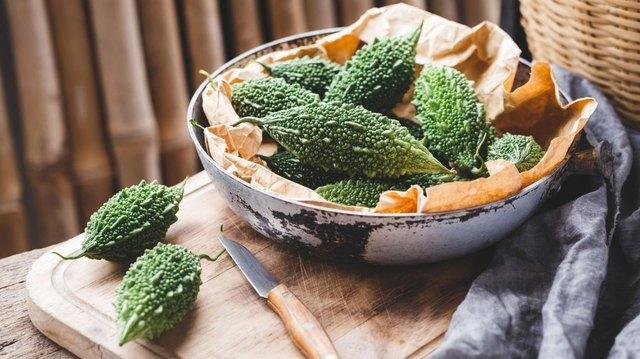 Không chỉ quả mà ngay cả lá mướp đắng cũng có thể ăn được. Người ta thường dùng phần lá non để nấu ăn.