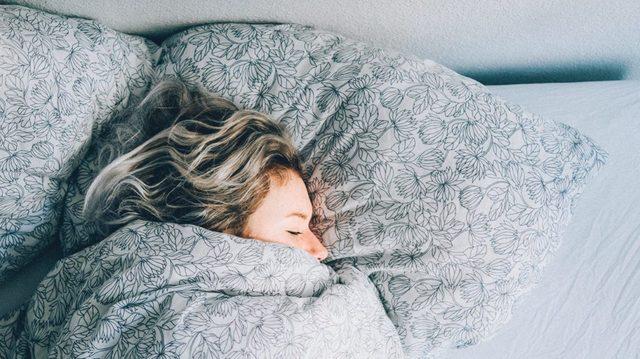 Một ly trà nụ vối ấm nóng sẽ giúp xoa dịu mệt mỏi và giúp có được một giấc ngủ ngon hơn