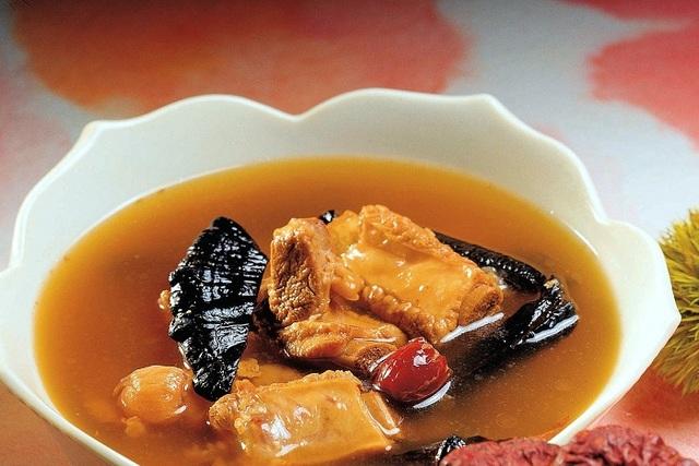 Nấm linh chi thường được dùng trong các món hầm hay súp hoặc được sử dụng để làm nước dùng