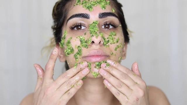 Nếu bạn đang muốn bổ sung độ ẩm cho làn da của bạn, giúp da mịn màng, mềm mại và ngậm nước thì nên dùng khổ qua rừng